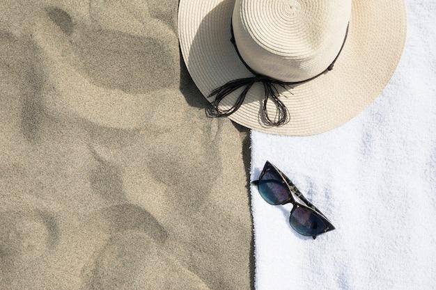 Vue de dessus du chapeau sur une serviette de plage
