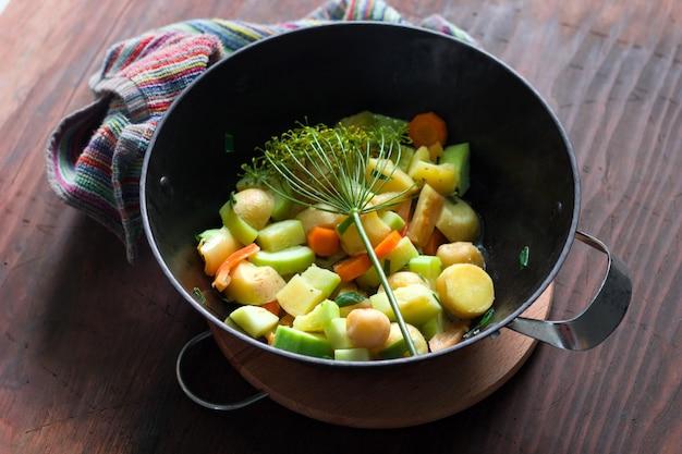 Vue de dessus du chaudron avec un ragoût chaud de légumes de saison