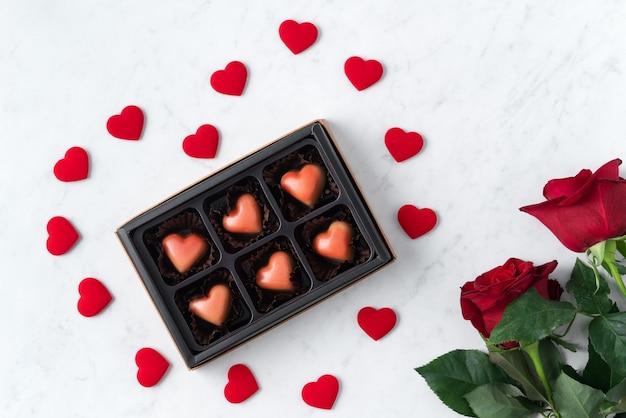 Vue de dessus du chocolat de la saint-valentin avec rose