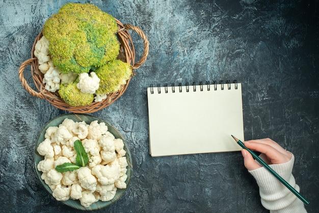 Vue de dessus du chou-fleur frais à l'intérieur du panier et de l'assiette sur la table gris clair
