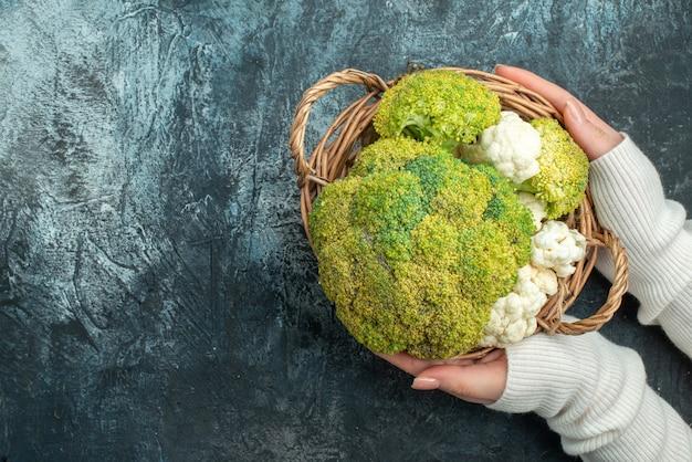 Vue de dessus du chou-fleur mûr frais à l'intérieur du panier sur une table gris clair