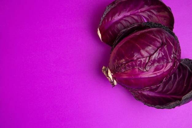 Vue de dessus du chou rouge avec espace copie sur violet