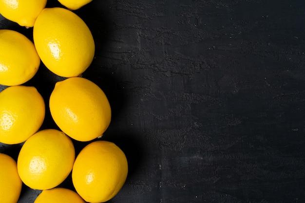 Vue de dessus du citron mûr sur fond noir