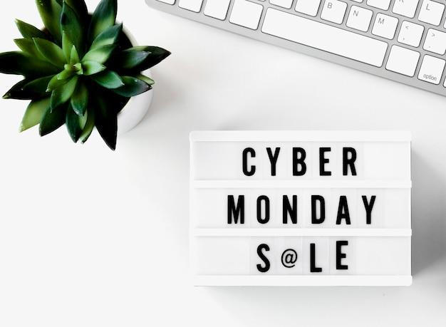 Vue de dessus du clavier avec boîte à lumière plante et cyber lundi