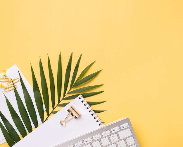 Vue de dessus du clavier sur le bureau avec ordinateur portable