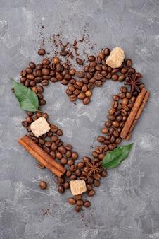 Vue de dessus du coeur de grains de café