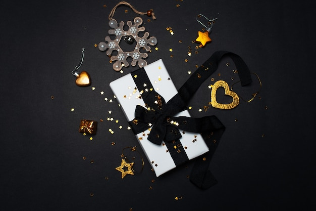 Vue de dessus du coffret cadeau blanc avec décoration de noël