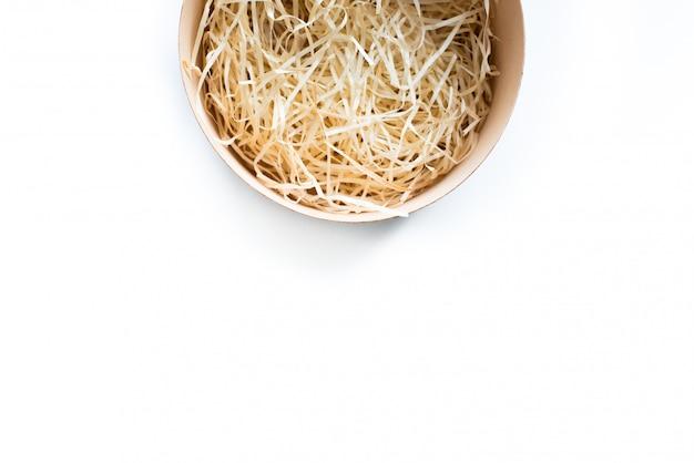Vue de dessus du coffret cadeau en bois rond ouvert avec du foin décoratif à l'intérieur avec copie espace