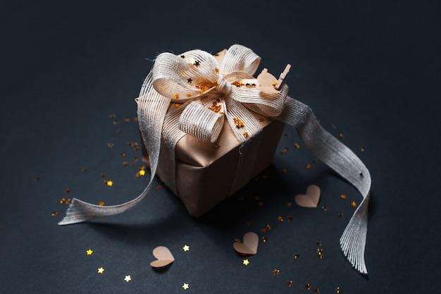 Vue de dessus du coffret cadeau décoré écologique sur la surface de couleur noire