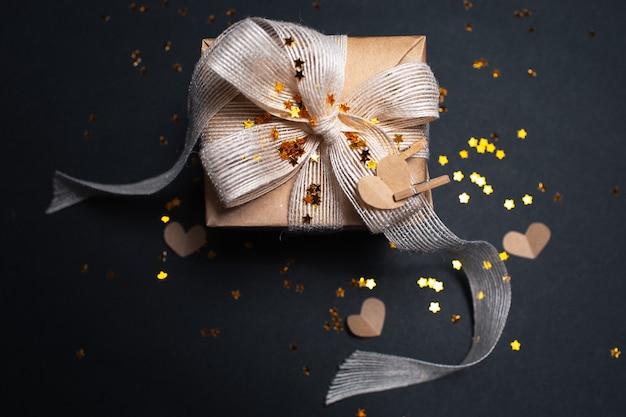 Vue de dessus du coffret cadeau écologique avec des paillettes et des coeurs