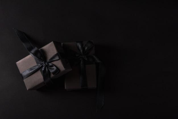 Vue de dessus du coffret cadeau emballé dans du papier noir et ruban noir