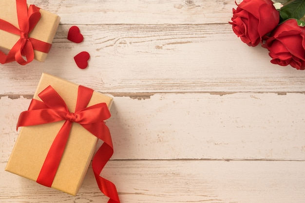 Vue de dessus du coffret cadeau kraft avec rose, concept de cadeau de la saint-valentin.
