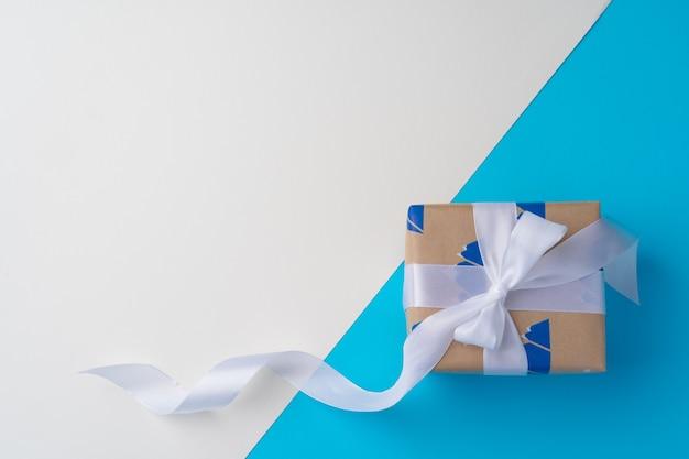 Vue de dessus du coffret cadeau avec ruban sur bleu