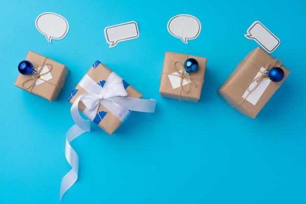 Vue de dessus du coffret cadeau avec ruban sur fond bleu