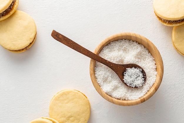 Vue de dessus du concept d'alfajores et de noix de coco
