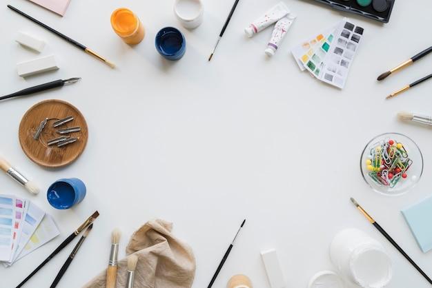 Vue de dessus du concept de bureau d'artiste avec espace copie