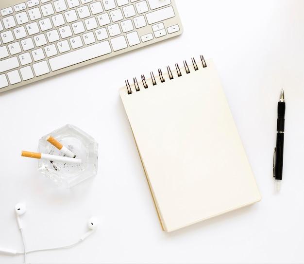Vue de dessus du concept de bureau de mauvaise habitude