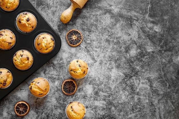 Vue de dessus du concept de cupcakes avec espace copie