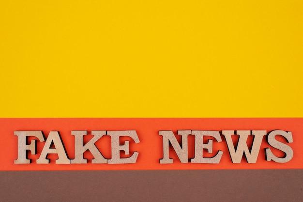 Vue de dessus du concept de fausses nouvelles avec espace copie