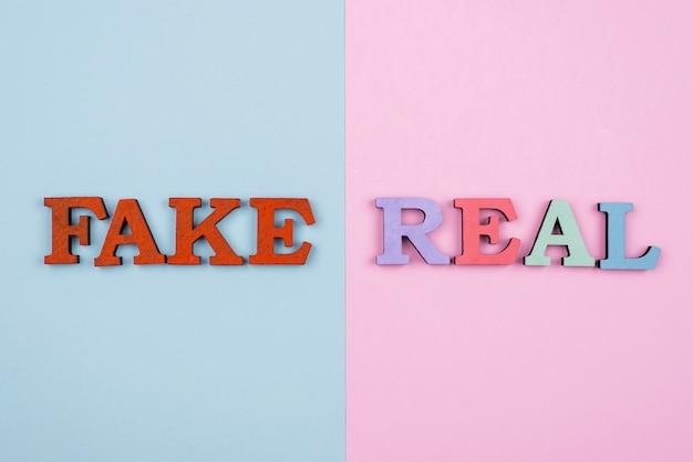 Vue de dessus du concept de fausses nouvelles ou réelles