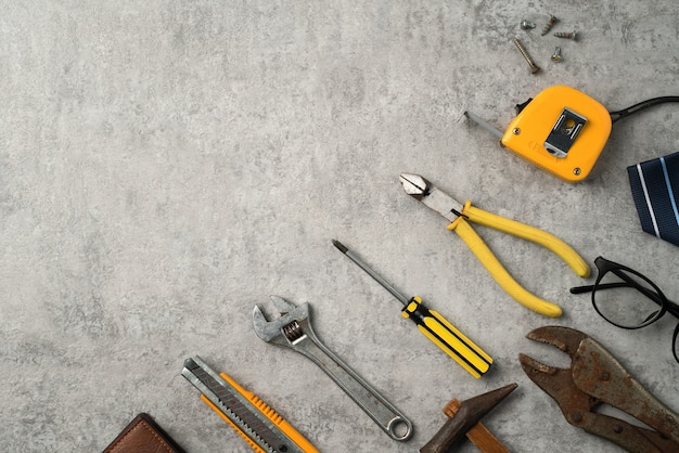 Vue de dessus du concept de fête des pères et de la fête du travail avec des outils de travail sur fond bleu.