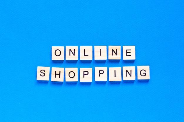 Vue de dessus du concept de magasinage en ligne avec des lettres en bois
