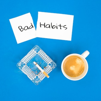 Vue de dessus du concept de mauvaise habitude du matin