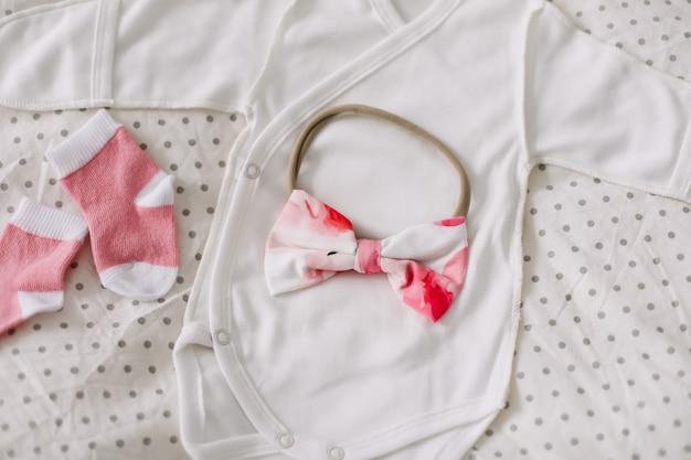 Vue de dessus du concept de mode de vêtements pour bébé nouveau-né