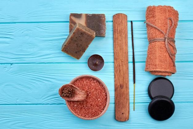 Vue de dessus du concept de traitement spa à plat. barres de savon btown avec sel et serviette.