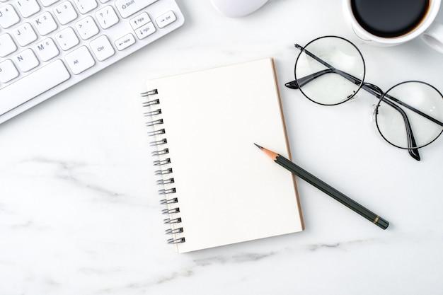 Vue de dessus du concept de travail de bureau table bureau avec cahier vierge