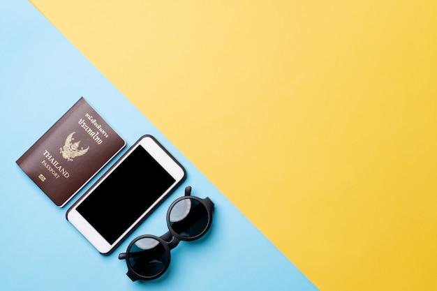 Vue de dessus du concept de voyage avec accessoires isolé sur fond de couleur