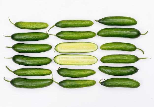 Vue de dessus du concombre et tranché au milieu sur blanc horizontal