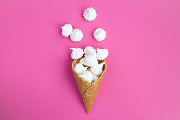 Vue de dessus du cornet de crème glacée avec meringue blanche