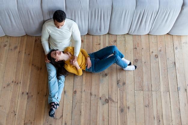 Vue de dessus du couple de détente sur le sol