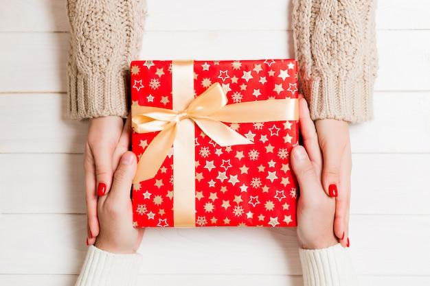Vue de dessus du couple donnant et recevant un cadeau