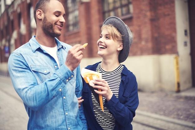 Vue de dessus du couple mangeant de la restauration rapide