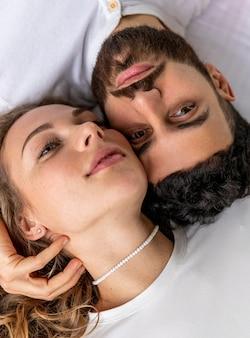 Vue de dessus du couple romantique au lit à la maison