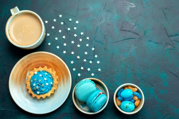 Vue de dessus du cupcake avec de belles étoiles décoration sur bleu foncé,