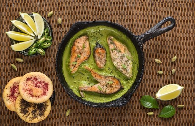 Vue de dessus du curry de poisson bengali épicé et chaud. cuisine indienne. curry de poisson au piment rouge, feuille de curry, lait de coco. cuisine asiatique.