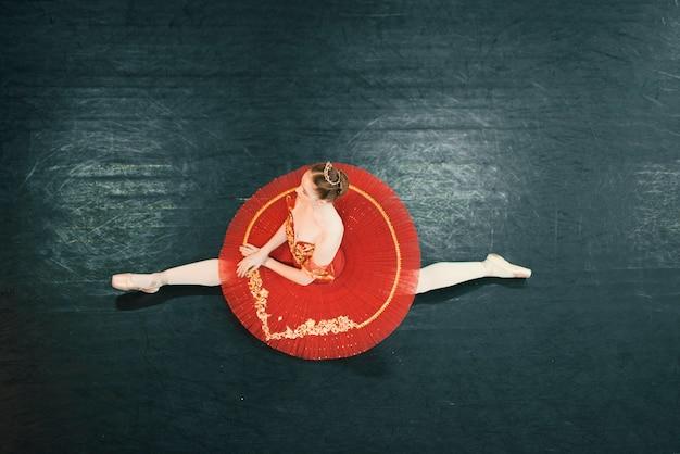 Vue de dessus du danseur classique sur la scène