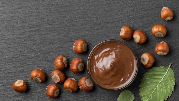 Vue de dessus du délicieux chocolat aux noisettes