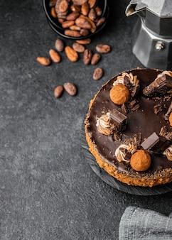 Vue de dessus du délicieux gâteau au chocolat sur le stand