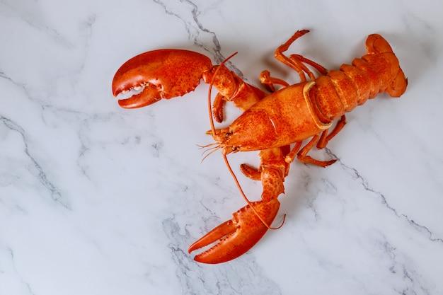 Vue de dessus du délicieux homard fraîchement cuit à la vapeur sur la plaque d'ardoise blanche
