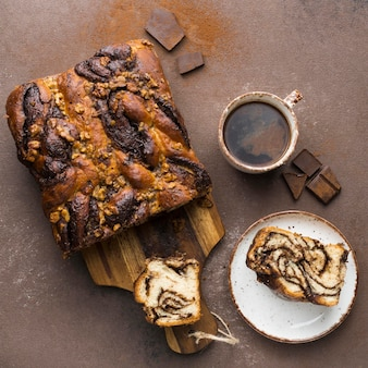 Vue de dessus du délicieux pain sucré avec café