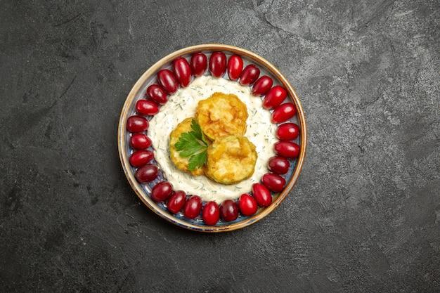 Vue de dessus du délicieux repas de courge avec cornouiller rouge frais sur la surface grise