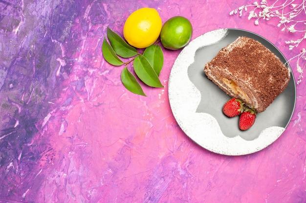 Vue de dessus du délicieux rouleau sucré au citron sur une surface rose