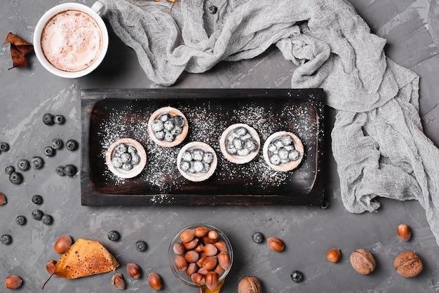 Vue de dessus du dessert aux myrtilles appétissant