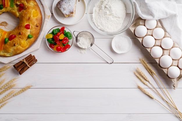 Vue de dessus du dessert du jour de l'épiphanie avec des ingrédients