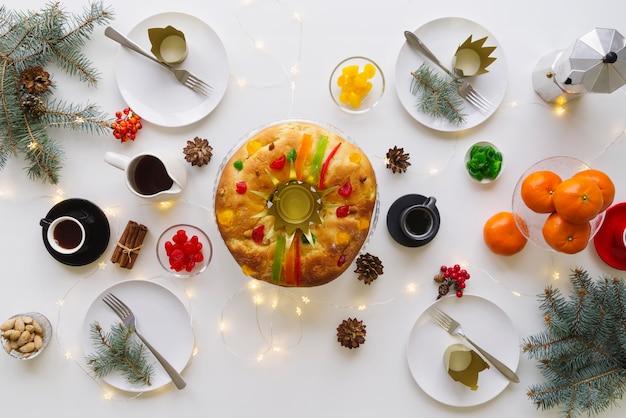 Vue de dessus du dessert du jour de l'épiphanie sur la table avec des fruits et une couronne