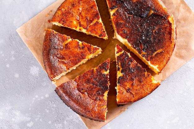 Vue de dessus du dessert de gâteau au fromage brûlé basque